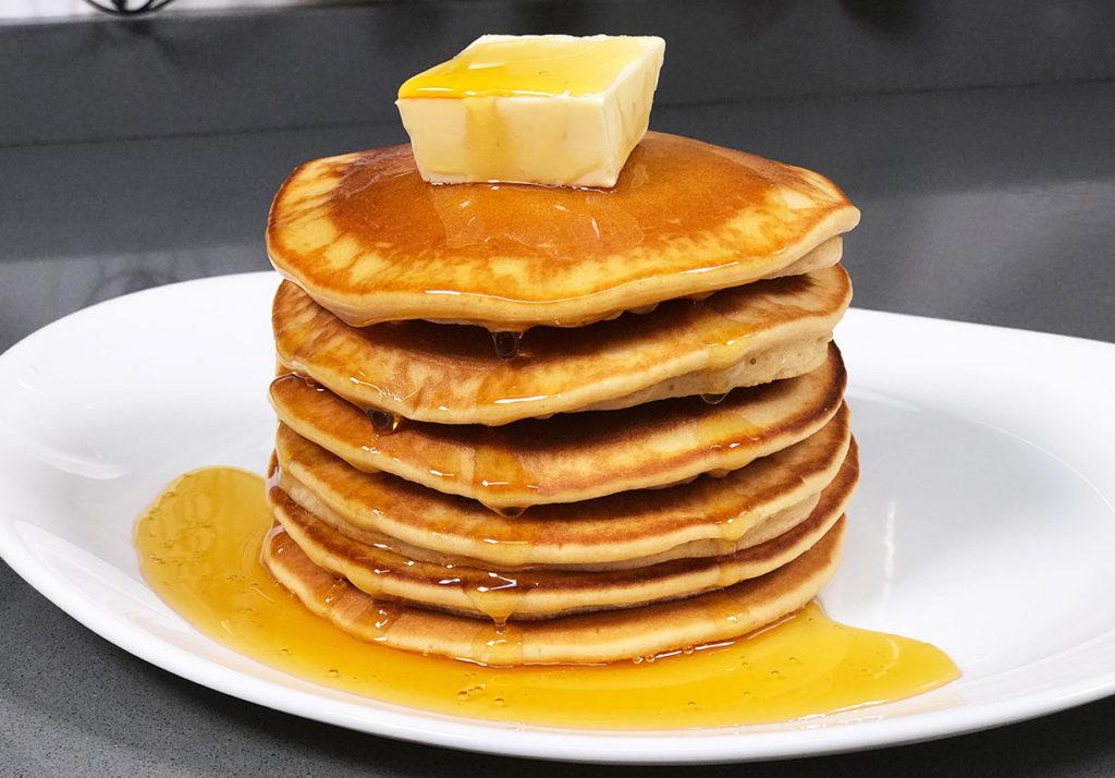Tortitas americanas con mantequilla y miel