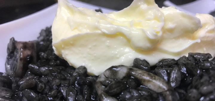 Arroz negro con calamares y alioli
