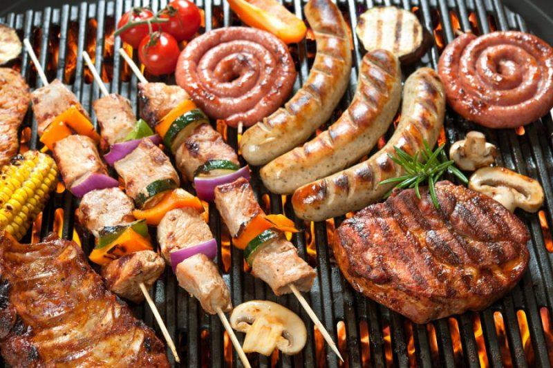 Barbacoa mixta de chuletas de cerdo, salchichas, pinchitos, maiz y verduras