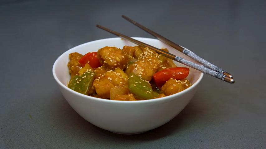 Cerdo Agridulce estilo chino con cebolla, pimientos y piña