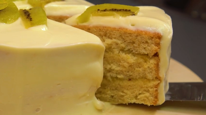 Tarta de bizcocho muy esponjoso y mermelada de kiwi, frosting y kiwi fresco.