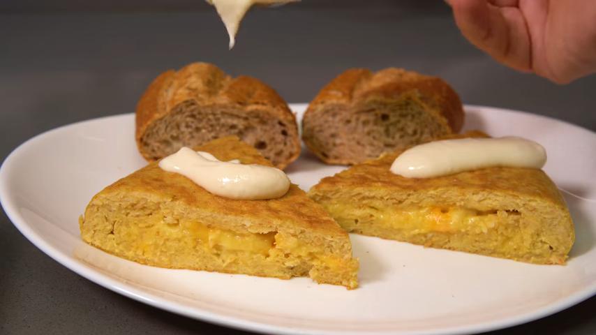 Tortilla de Doritos y queso con salsa Alioli