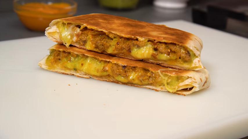 Delicioso y crujuente wrap de carne con queso y salsa gaucha
