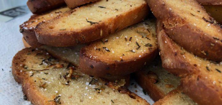 pan tostado al horno con especias y mantequilla
