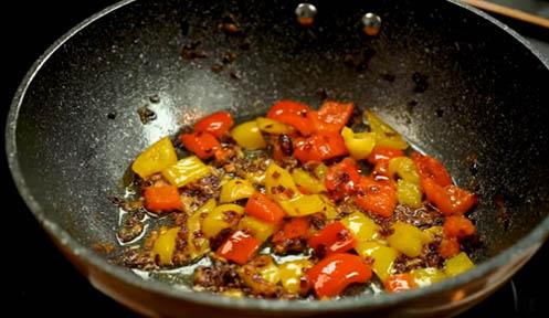 Pochar los pimientos y la cebolla