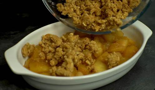Colocar la manzana y la mezcla en un recipiente de horno