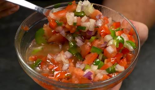 Salsa criolla de pimientos y cebolla