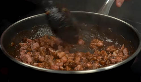 mezclar la carne con la salsa