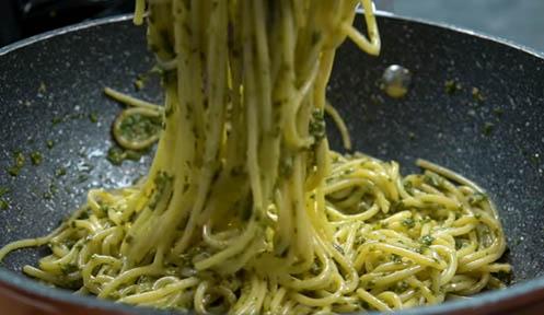 Mezclar bien el pesto con la pasta