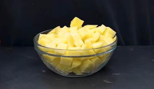 patata cortada en cubos