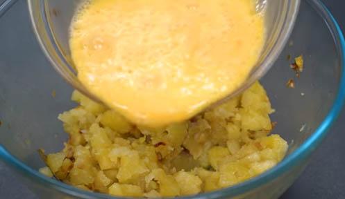 verter el huevo sobre las patatas