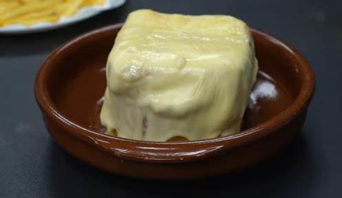 francesinha cubierta de queso derretido