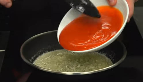 Agregar el tomate a la mantequilla