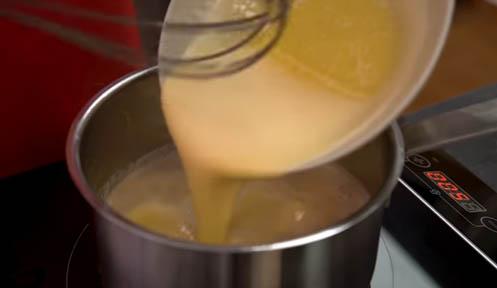 agregar la mezcla de yemas