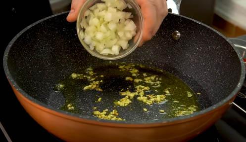 dorar el ajo y pochar la cebolla
