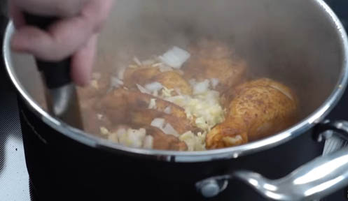 agregar cebolla y ajo al pollo