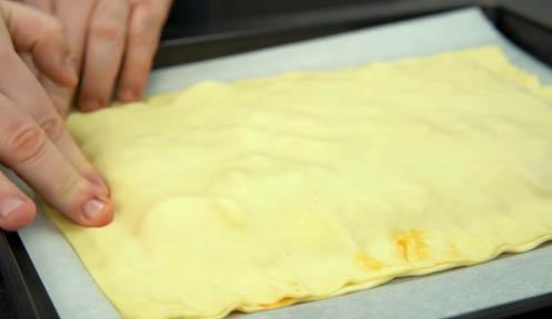 Aprieta los bordes de la empanada