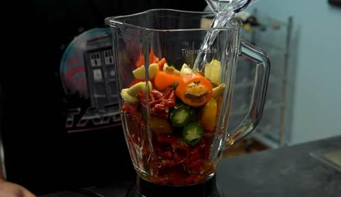 batir los ingredientes de la salsa sriracha