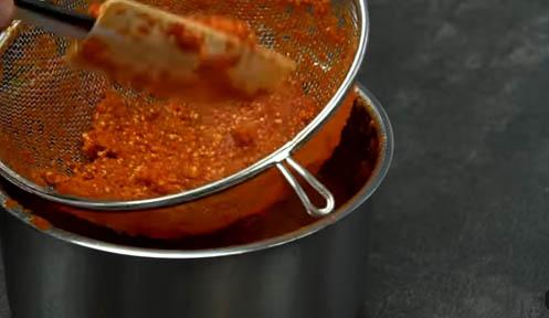 filtrar la salsa sriracha