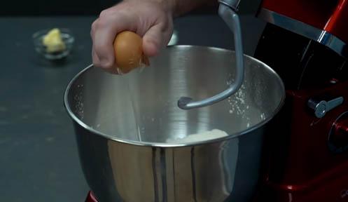 agregar el huevo y la leche