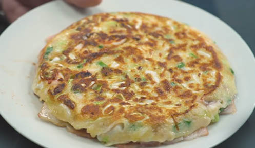 Voltear el okonomiyaki