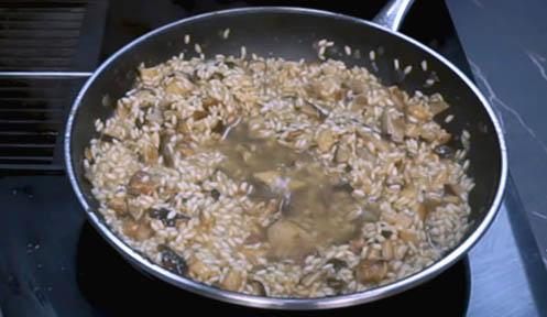 agregar caldo al risotto de setas