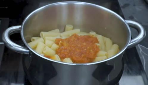 Agregar el tomate a la pasta arrabbiata
