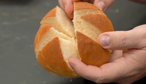 cortar el pan de ajo