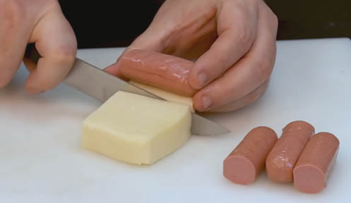 Cortar el queso y las salchichas