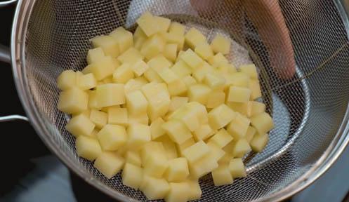 Cortar las patatas en cubitos
