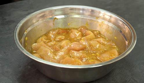 Marinar el pollo para hacer pollo al limón