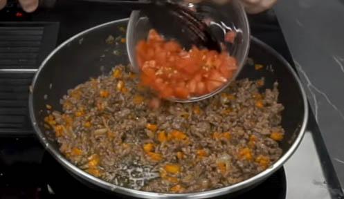 Agregar tomate picado