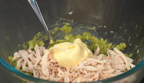 Agregar el pollo y la mayonesa