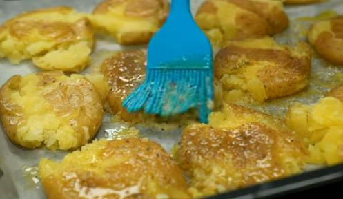 Cubrir las patatas cocidas con el resto de la mezcla