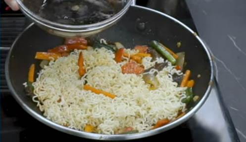 Agregar los fideos y la salsa