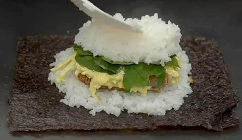 Rellenar el sushi sándwich tonkatsu